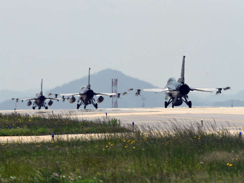 ACME-Slide-F-16-Taxiing-800x600